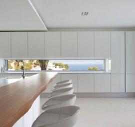Λευκή κουζίνα με ξύλινο πάγκο