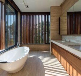 Μπάνιο με μεγάλα ανοίγματα